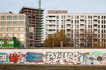 Neubau von Wohn- und Buerogebaeuden an der East-Side-Gallery in der Muehlenstrasse in Berlin-Friedrichshain