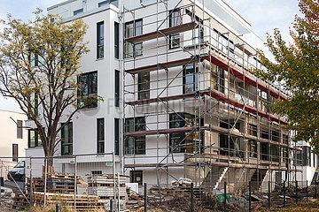 Neubauten von exklusiven Wohnungen kurz vor Fertigstellung am Dora-Benjamin-Park in Berlin-Friedrichshain