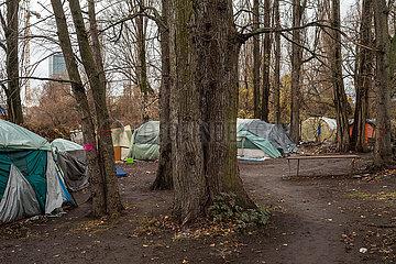 Zelte von Obdachlosen am Paul-und-Paula-Ufer in Berlin-Rummelsburg