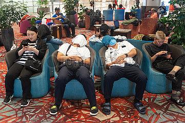 Singapur  Republik Singapur  Wartende Flugreisende schlafen am Flughafen Changi in Sesseln