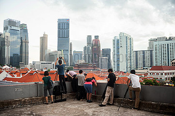 Singapur  Republik Singapur  Menschen fotografieren die Stadtansicht von Chinatown und dem Geschaeftsviertel