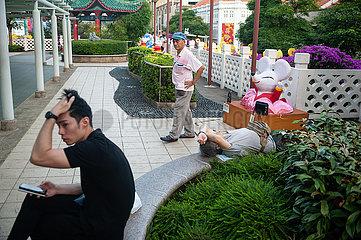 Singapur  Republik Singapur  Maenner in einem kleinen Park in Chinatown