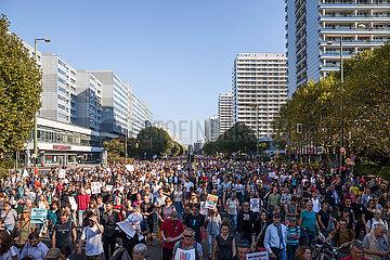 Demonstranten bei der Demonstration unteilbar am 13.10.2018 in der Leipziger Strasse in Berlin-Mitte