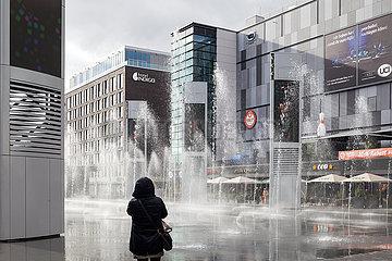 Areal um die Mercedes-Benz-Arena kurz vor der Eroeffnung in Berlin-Friedrichshain