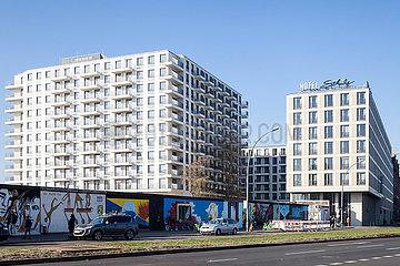 Neubau von Wohngebaeude und Hotel Schulz an der East-Side-Gallery in der Muehlenstrasse in Berlin-Friedrichshain