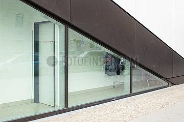 Umkleideraum Damen hinter einer Glasfassade im neuen Einkaufszentrum East Gate in der Tamara-Danz-Strasse in Berlin-Friedrichshain