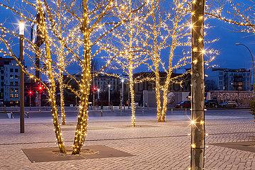 Weihnachtsdekoration und East-Side-Gallery am Mercedes-Platz in Berlin-Friedrichshain