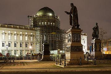 Berliner Schloss - Humboldtforum am Schlossplatz in Berlin-Mitte und die Statuen von Peter Christian Wilhelm Beuth  Karl Friedrich von Schinkel und Albrecht Thaer
