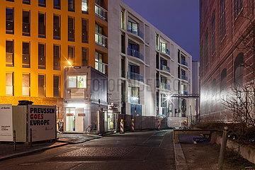 Neubauten von exklusiven Wohnungen kurz vor Fertigstellung am Schinkelplatz in Berlin-Mitte  rechts die Attrappe der Bauakademie