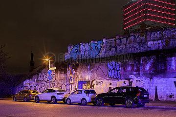 Parkende Autos an der Warschauer Bruecke in Berlin-Friedrichshain