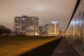 Neubau von Wohnungen und Hotel Schulz am Mauerstreifen an der East-Side-Gallery in der Muehlenstrasse in Berlin-Friedrichshain