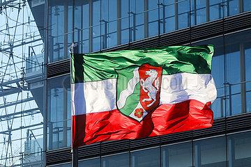 NRW Nordrhein Westfalen Fahne  Stadttor  Duesseldorf  Nordrhein-Westfalen  Deutschland  Europa