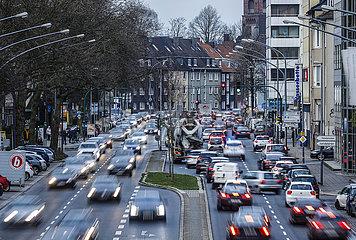 Feierabendverkehr auf der Alfredstra?e in Essen Ruettenscheid  Ruhrgebiet  Nordrhein-Westfalen  Deutschland