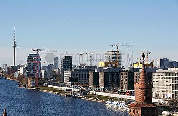Berlin  Deutschland - Stadtansicht von Friedrichshain entlang der East Side Gallery. Im Vordergrund ein Turm der Oberbaumbruecke.