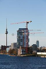 Berlin  Deutschland - Stadtansicht von Friedrichshain entlang der East Side Gallery.