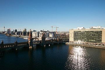 Berlin  Deutschland - Stadtansicht von Friedrichshain entlang der East Side Gallery. Im Vordergrund die Oberbaumbruecke.