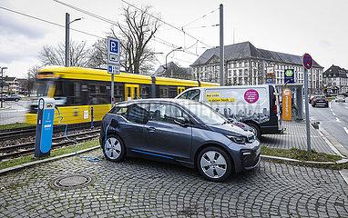 BMW Elektroauto steht an der Mobilstation Landgericht an einer Stromladestation in Essen Ruettenscheid  Ruhrgebiet  Nordrhein-Westfalen  Deutschland
