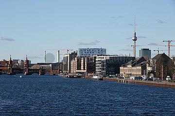 Berlin  Deutschland - Stadtansicht von Friedrichshain am Osthafen.