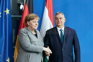 Berlin  Deutschland - Bundeskanzlerin Angela Merkel begruesst Viktor Orban  den ungarischen Ministerpraesidenten.