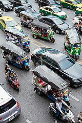 Tuk Tuk im überfüllten Straßenverkehr Bangkoks