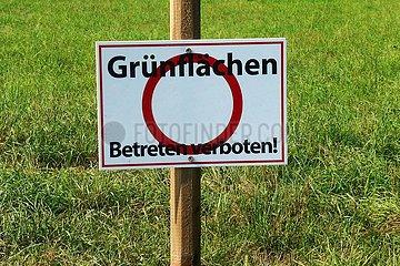 Grünflächen Betreten verboten! | green areas No entry!