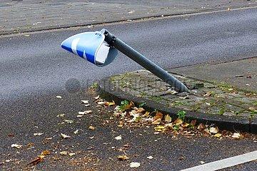 Demoliertes Verkehrsschild an einer Fußgängerinsel | Demolished traffic sign on a pedestrian island