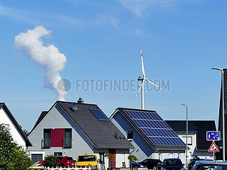 Solardach  Windrad und Dampfwolke aus einem Kohlekraftwerk | solar roof  wind turbine and steam cloud from a