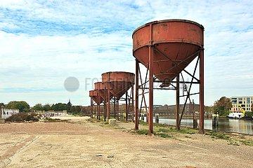 Alte Schüttgut-Verladeanlagen im ehemaligen Stadthafen Oldenburg | Old bulk loading facilities in the former city port of Oldenburg