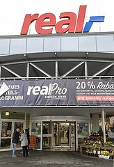 real - Filiale Eingang