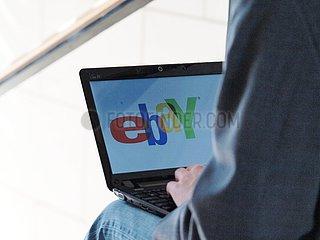 eBay-Nutzer am Computer