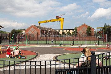 Grossbritannien  Belfast - Spielplatz am Dr Pitt Memorial Park und Kraene der Werft H&W in East Belfast