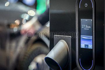 Elektroauto wird aufgeladen  Messestand auf der Messe E-world energy & water  Essen  Nordrhein-Westfalen  Deutschland  Europa