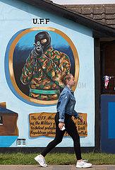 Grossbritannien  Belfast - Militante  politische Wandmalerei der UFF (Verbot 1973)  Newtownards Road  protestantisches East Belfast
