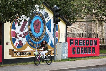 Grossbritannien  Belfast - Politische Wandmalerei der Ulster Young Militants  Jugendfluegel der UDA/UFF  Newtownards Road  protestantisches East Belfast