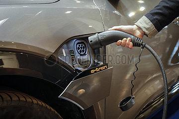Audi e-tron Elektro-SUV wird aufgeladen  Messestand auf der Messe E-world energy & water  Essen  Nordrhein-Westfalen  Deutschland  Europa