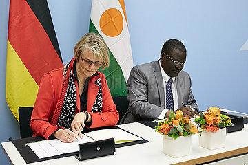 Berlin  Deutschland - Anja Karliczek und Yahouza Sadissou. Unterzeichnung von Kooperationsvereinbarungen.