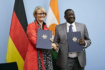 Berlin  Deutschland - Anja Karliczek und Yahouza Sadissou. Nach der Unterzeichnung von Kooperationsvereinbarungen.
