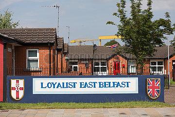 Grossbritannien  Belfast - Politischer Slogan vor Arbeitersiedlung  protestantisches East Belfast
