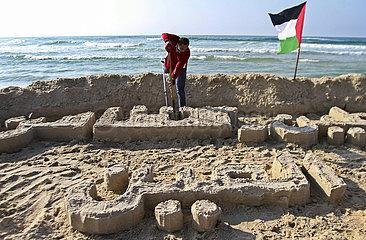 MIDEAST-GAZA-CHINA-NOVEL CORONAVIRUS-ARTIST-SAND LETTERS