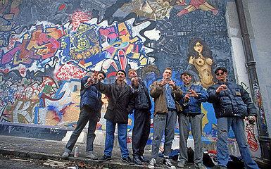 Muenchener Graffiti-Szene  Gruppenbild mit Prof. Peter Kreuzer  Dachauer Strasse  1987