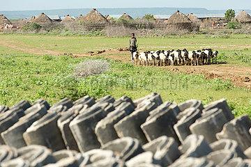 Burferedo  Somali Region  Aethiopien - Gestapelte Beton-Wasserrohre zur Trinkwasserversorgung