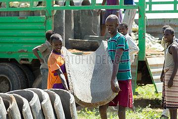Burferedo  Somali Region  Aethiopien - Beton-Wasserrohre zur Trinkwasserversorgung