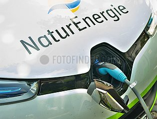 Elektroauto an einer ˆffentlichen Lades‰ule | electric car on a public charging station