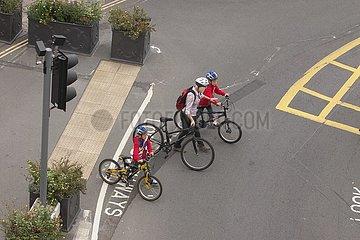Radfahrer ¸berqueren eine Hauptverkehrsstra?e | cyclists cross a main road
