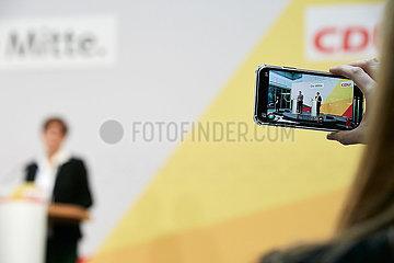 Berlin  Deutschland - Filmen der Pressekonferenz von Annegret Kramp-Karrenbauer mit einem Smartphone.