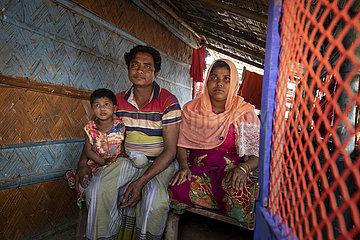 Familie im Fluechtlingslager   Bangladesch