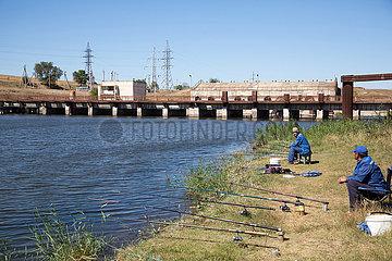 Republik Moldau  Chirilovca - Angler vor verfallenem Wasserkraftwerk im strukturschwachen Sueden des ohnehin armen Lands