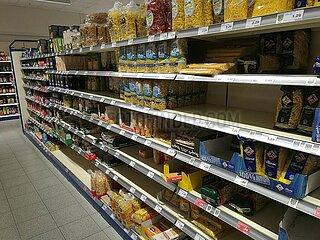 Erste Hamsterkaeufe im Supermarkt