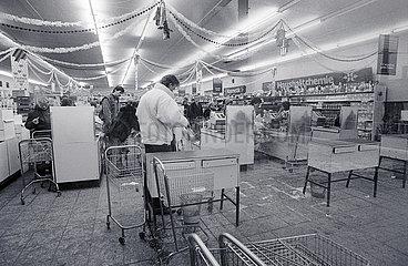 Kaufhalle in Leipzig  DDR  Dezember 1989