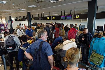 Schoenefeld  Deutschland  Flugpassagiere stehen am Check-in von Wizz Air am Flughafen Berlin-Schoenefeld an